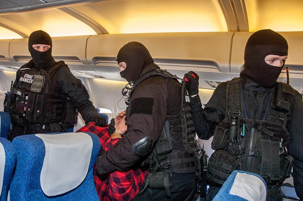 Straż graniczna interweniowała na Okęciu. Dotykał stewardess w miejscach intymnych, był agresywny i obrażał pasażerów
