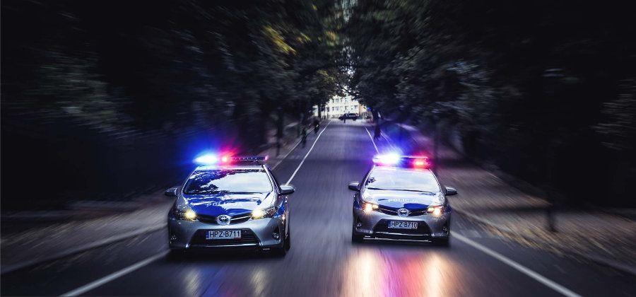 Policjanci nie mogli uwierzyć własnym oczom. Dwóch pijanych prowadziło… jeden samochód
