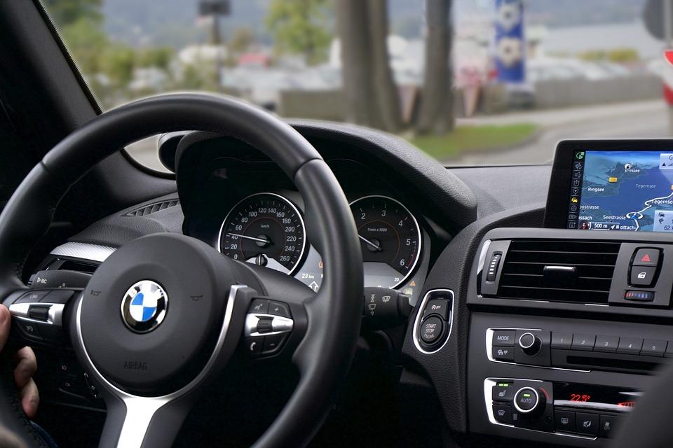 Uber zaostrza przepisy i wprowadza dodatkową opłatę