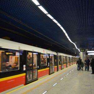 Mężczyzna wpadł pod pociąg metra. Trwa akcja ratunkowa, 5 stacji zamkniętych w tym Centrum!