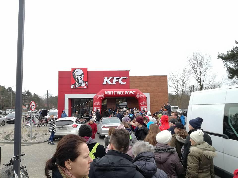 300 kubełków po 1 zł! Ludzie szturmem obalili baner na otwarciu KFC pod Warszawą [Wideo]