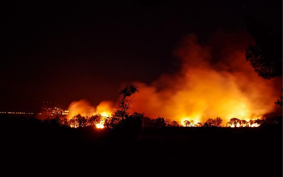 Z pożarami walczy ponad 200 strażaków i 50 żołnierzy. Zamknięto autostradę