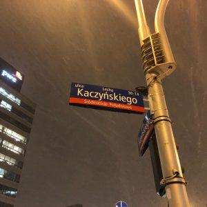 Szokujące zdjęcie z psem oddającym mocz na tablicę L. Kaczyńskiego. Sprawdziliśmy czy jest autentyczne