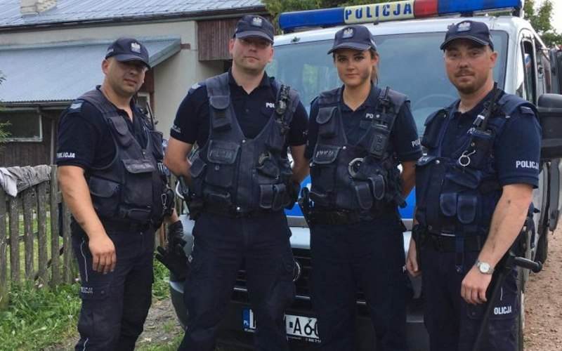 Policjanci szukali zaginionego. Przy okazji… sami ugasili pożar domu