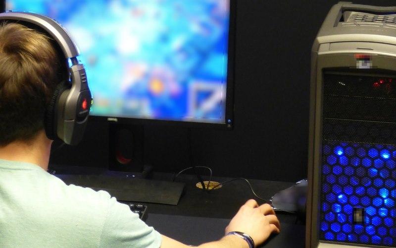 Warszawa: omal nie udusił matki, bo… nie dawała mu grać na komputerze