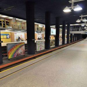 Dziewczyna z genitaliami na wierzchu chodziła po stacji metra. Zareagowała Nasza Czytelniczka