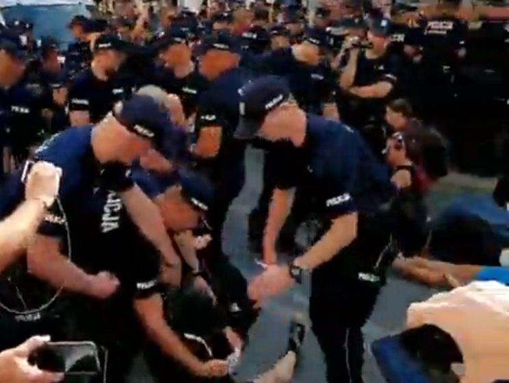 """Policja rozdzieliła grupy na Nowym Świecie. """"Naruszono nietykalność policjanta"""" [WIDEO]"""