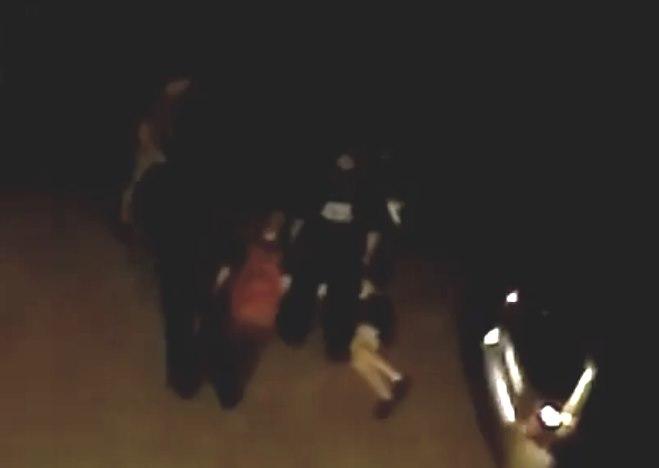 Szokująca interwencja Straży Miejskiej na Bielanach. Strażnik kopie leżącego, zakutego człowieka?