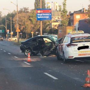 Tragiczny wypadek w Warszawie. Samochód dachował i uderzył w taksówkę. Jedna osoba nie żyje