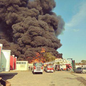 Z OSTATNIEJ CHWILI: Ogromny pożar w Szczecinie na miejscu ponad 40 zastępów straży pożarnej