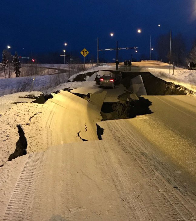 Ogromne zniszczenia na Alasce po silnym trzęsieniu ziemi 7.0! Ostrzeżenie przed tsunami [ZDJĘCIA][WIDEO]