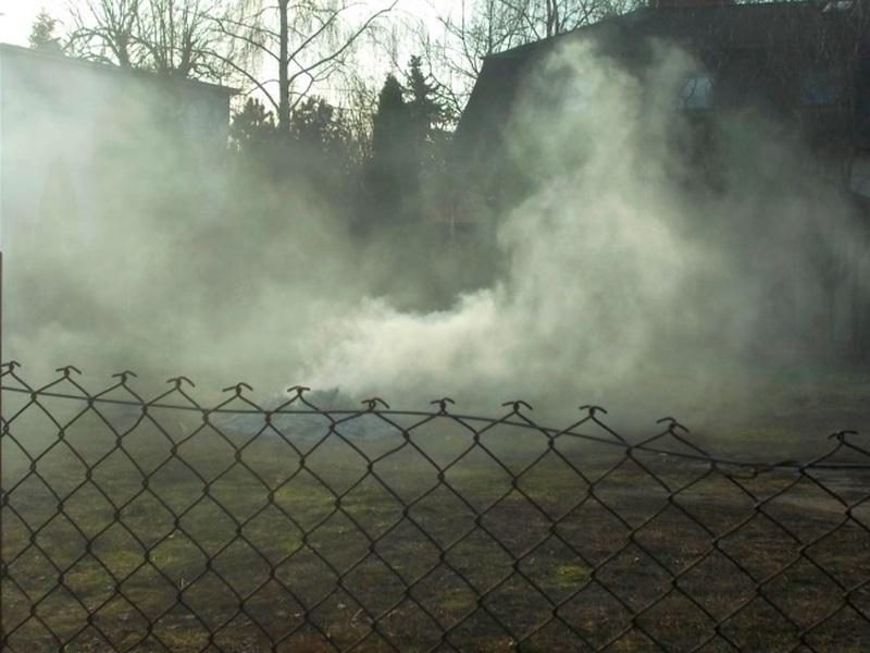 Palił odpady na działce. Tak powstaje smog
