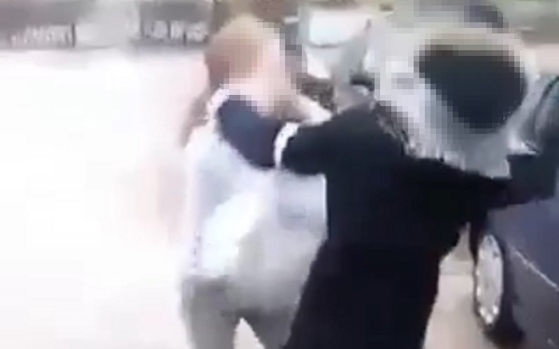 Ostrów Mazowiecka: brutalna bójka uczniów pod szkołą. Ciężarna dziewczyna zbita po brzuchu [WIDEO 18+]