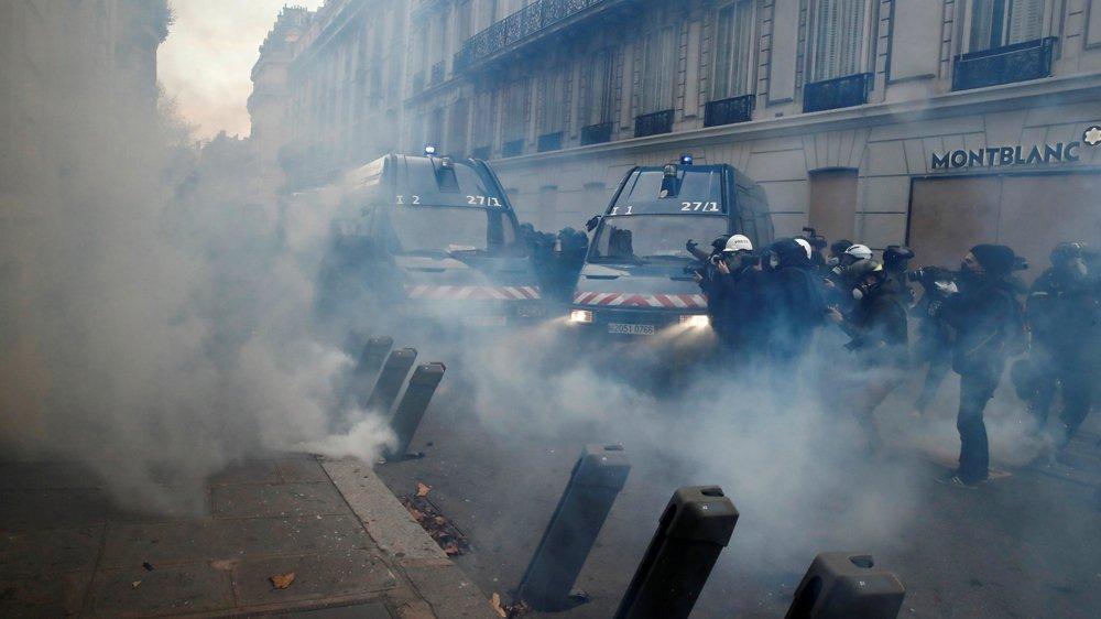 Zamieszki w Paryżu policja używa broni, gazu i armatek!