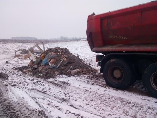 Firma zajmująca się odpadami wywiozła śmieci na teren żwirowni