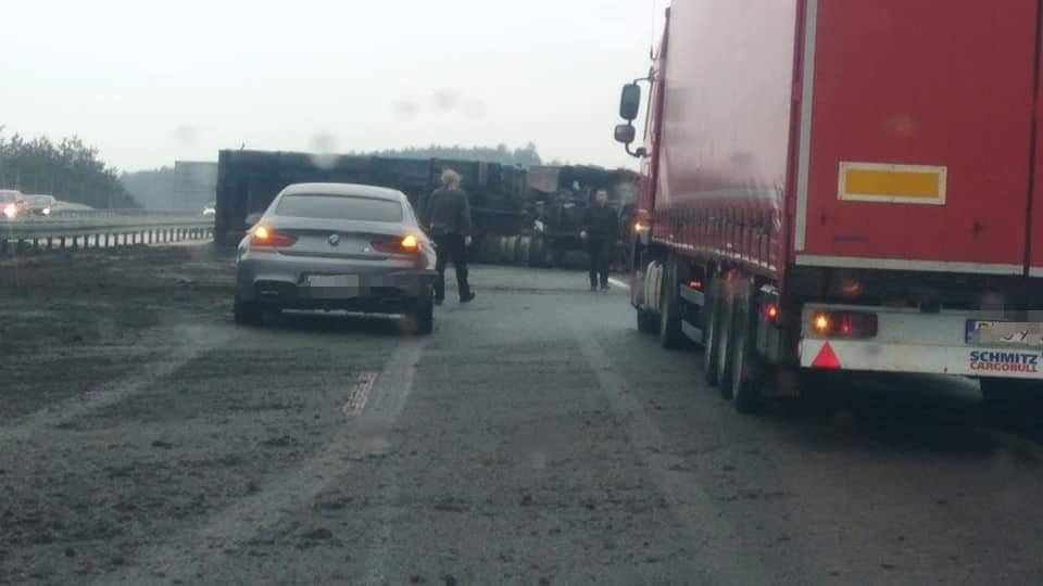 Z OSTATNIEJ CHWILI: Ciężarówka na boku na A4. Autostrada całkowicie zablokowana