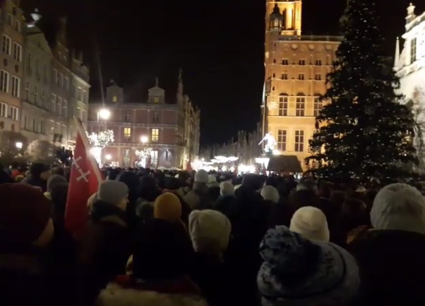 """Ten moment z wiecu w Gdańsku chwyta za serce: """"Sound of silence"""" [WIDEO]"""
