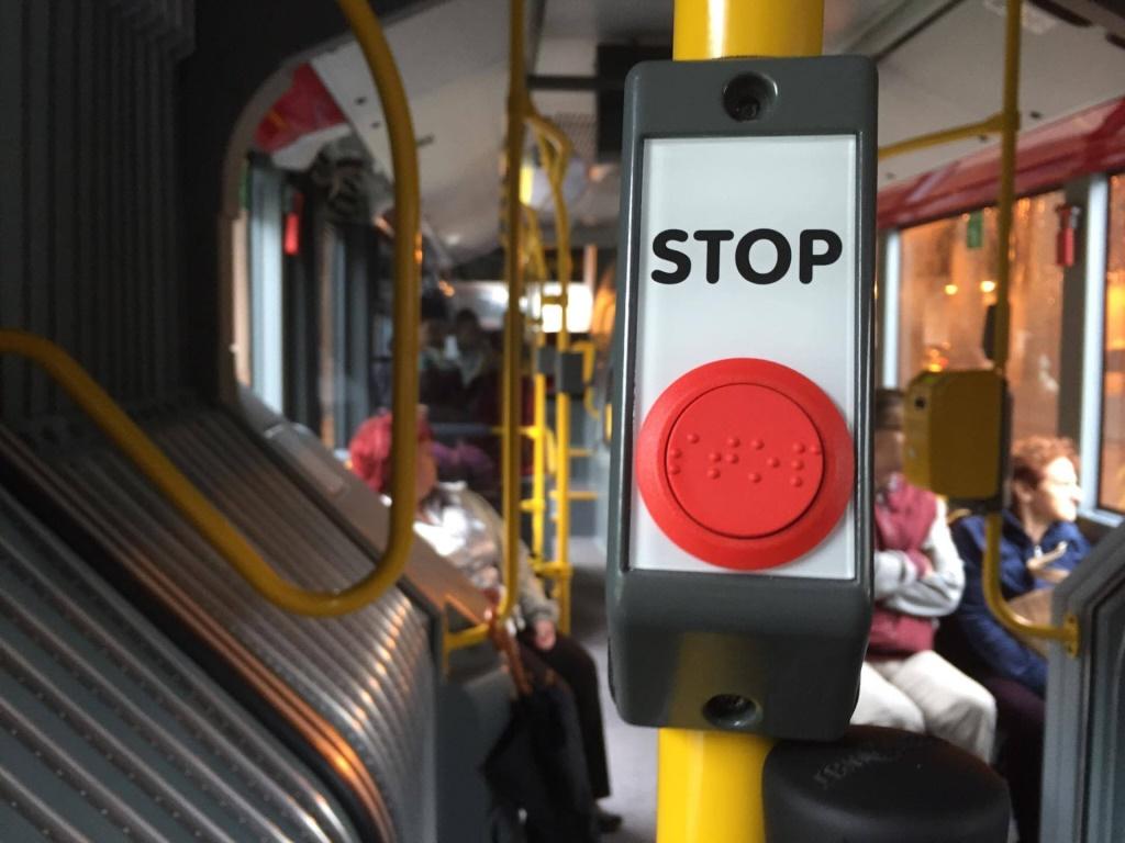 Dwóch 16-latków napadło na pasażera w autobusie