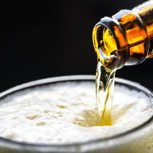 Żądając pieniędzy groził sprzedawczyni butelką piwa