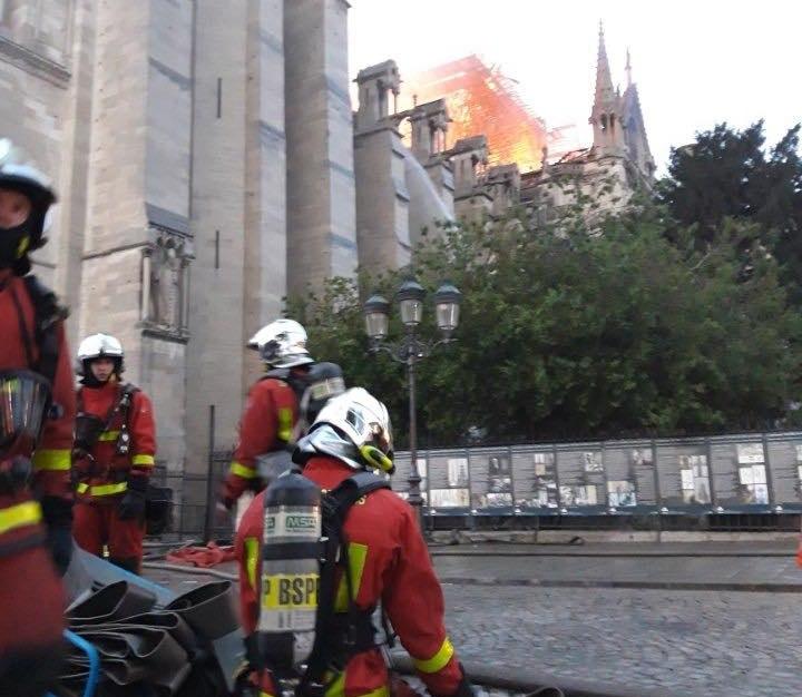 Z OSTATNIEJ CHWILI: ZAWALIŁA SIĘ IGLICA KATEDRY NOTRE-DAME! Cała katedra w ogniu!