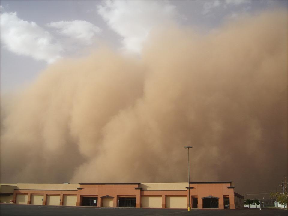 """UWAGA! Nad Polskę nadciąga burza piaskowa i bardzo silne porywy wiatru! """"Wschody i zachody słońca będą krwiste"""""""