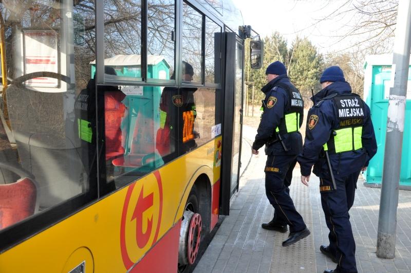 Agresywny pasażer tramwaju miał dowód osoby zaginionej i nadal poszukiwanej