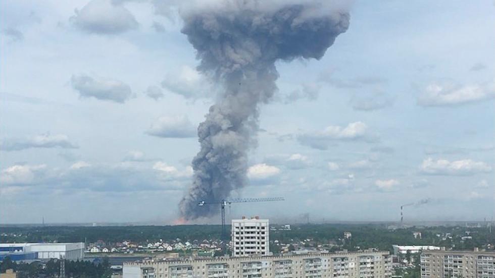 Gigantyczna eksplozja w zakładzie materiałów wybuchowych! Nad miastem gęsty czarny dym. 2 osoby nie żyją, ponad 38 rannych[WIDEO]