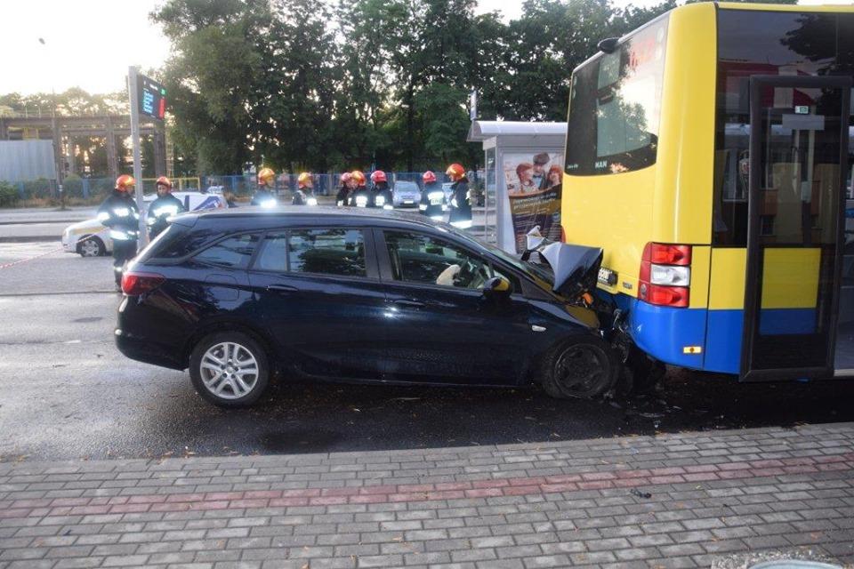 Śmiertelny wypadek – samochód wbił się w autobus