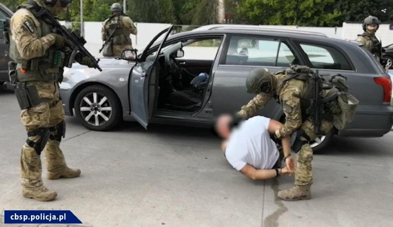 Policjanci z CBŚP i KMP rozbili dużą grupę przestępczą przemycającą narkotyki