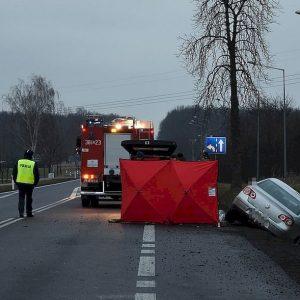 Trzy śmiertelne wypadki jednego dnia w województwie. W jednym z wypadków 5 osób wypadło z samochodu