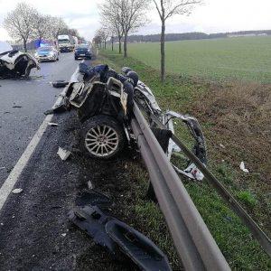 Dramatyczny wypadek na drodze! Z samochodu nic nie zostało. Auto rozpadło się na części