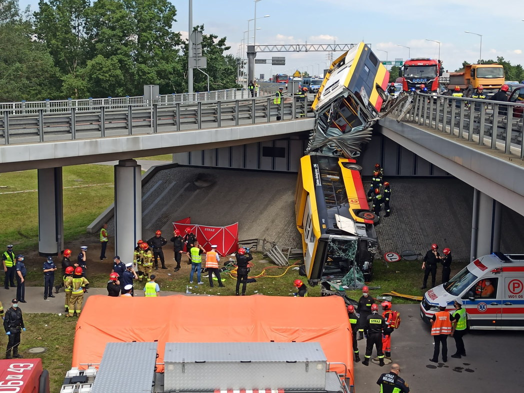 Policja zatrzymała kierowcę autobusu, który spadł z mostu Grota! Mógł być pod wpływem narkotyku
