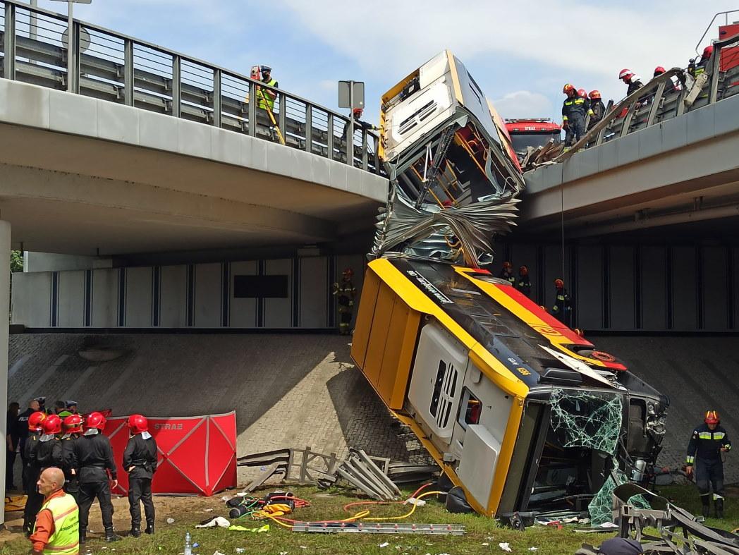 Autobus spadł z wiaduktu. Niektórzy nagrywali zamiast pomagać [WIDEO]