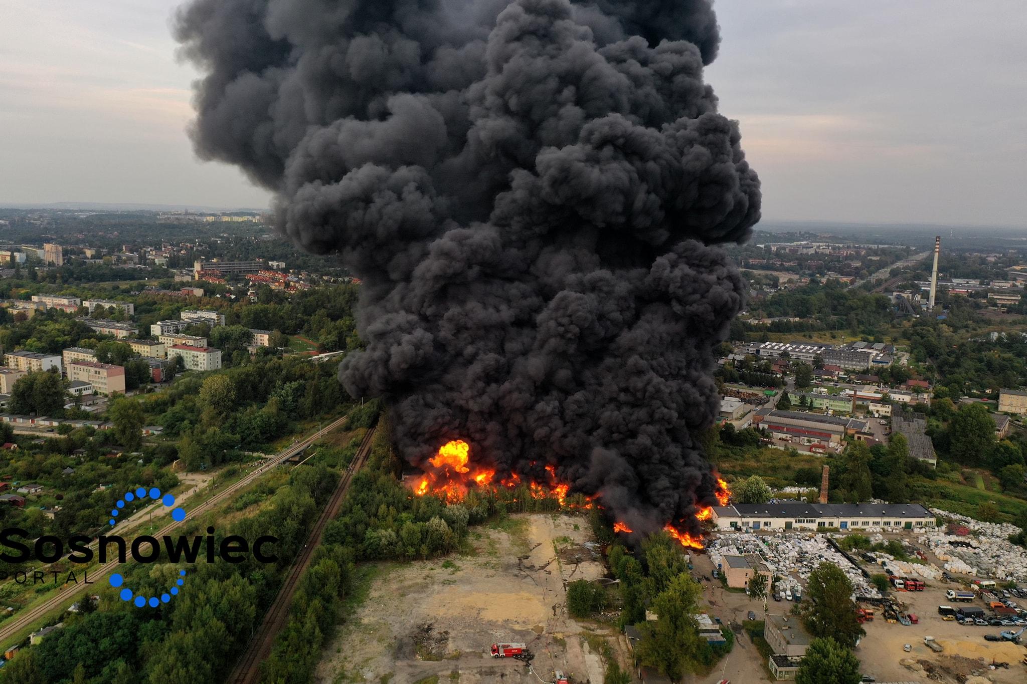 Potężny pożar w Sosnowcu! Kłęby czarnego dymu zasłaniają miasto. ZAMKNIJCIE OKNA [WIDEO]