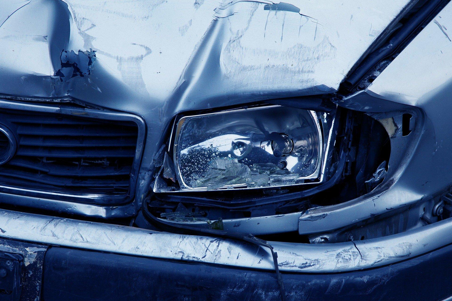 Auto wjechało w przydrożną reklamę. Kierowca z Polski nie żyje