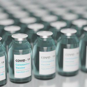 Szczepionki na COVID-19 przyleciały do Polski. 176 tys. dawek szczepionek zamiast 360 tys.