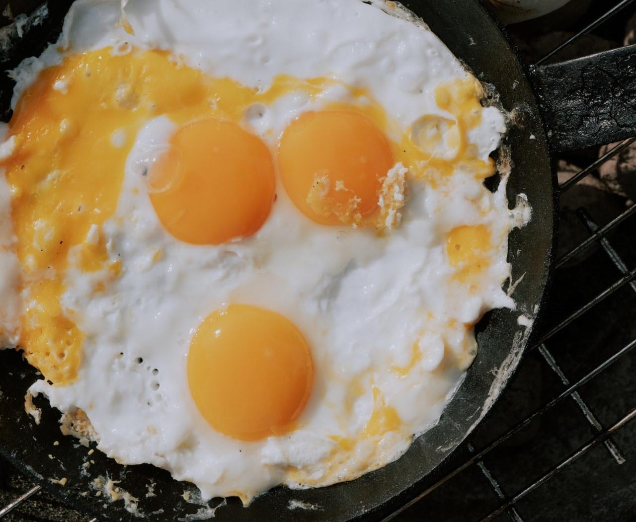 Read more about the article Krzeszowice: Wziął patelnię i jajka. Usmażył jajecznicę bez użycia ognia!