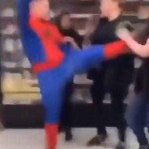 Atak w Asdzie! Mężczyzna przebrany za spidermana i jego znajomi pobili kilka osób. Sześciu poszkodowanych [WIDEO]